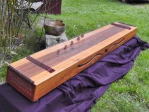 großes Monochord mit pentatonischen Saiten